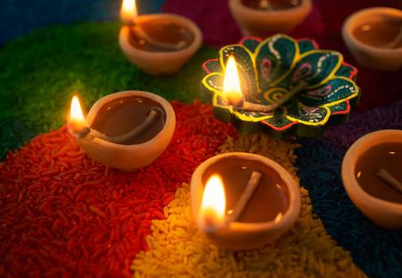 Lampe à huile Diwali - lampe Diya allumé rangoli coloré Banque d'images - 63931175