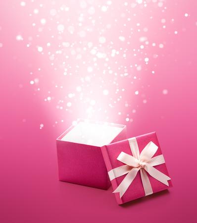 Orbes magiques éclatant de la boîte cadeau rose Banque d'images