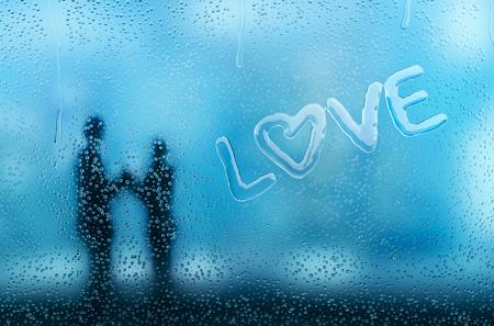 Condensatie op glas die een liefdeswoord vormt