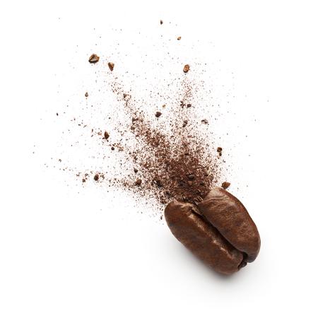 Koffie poeder uitbarsting van koffiebonen geïsoleerd op een witte achtergrond