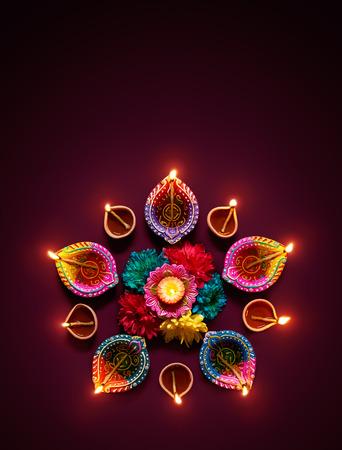 ディワリのお祝いにカラフルな diya ランプ点灯
