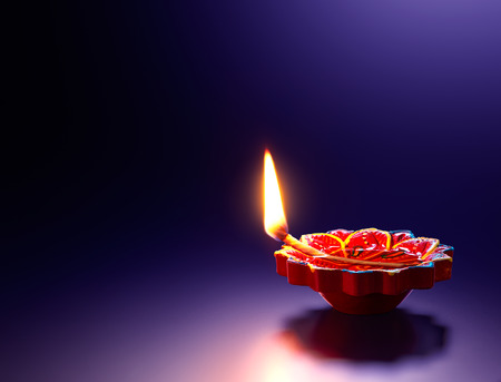 Happy Diwali - Lámpara de aceite diya roja sobre fondo púrpura