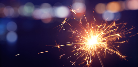 Wunderkerze mit Bokeh hellem Hintergrund, Frohes neues Jahr