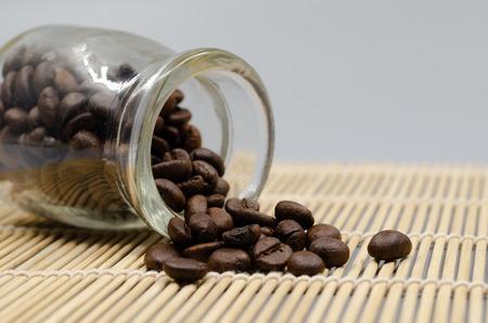 Coffee beans in a dozen glasses on the table. Foto de archivo - 122616001
