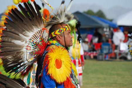 indio americano: Scottsdale, AZ, EE.UU. - 01 de noviembre 2014: Monta�a 28a anual �guila Roja Pow Wow celebraron en el Salt River Pima - Maricopa comunidad india. Naciones de todo los EE.UU. y Canad� bailaban y cantaban. Uso editorial. Tomado 01112014 Editorial