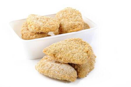 nuggets pollo: nuggets de pollo congeladas en el fondo blanco