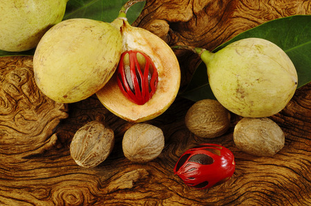 木製の背景にナツメグの果物 写真素材