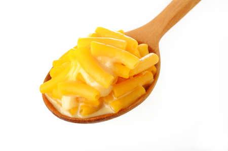tallarin: macarrones con queso en cuchara de madera