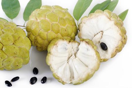 chirimoya: flan de manzana sobre fondo blanco Foto de archivo