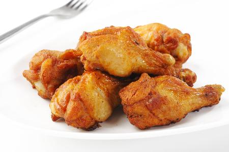 pollo frito: alitas de pollo en un plato