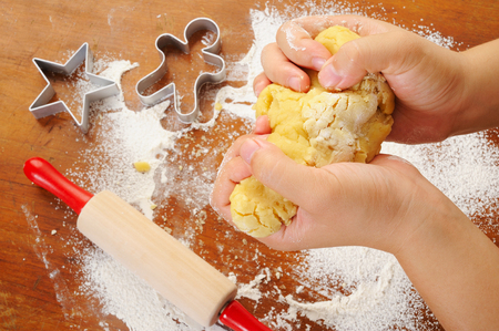 thresh: thresh flour to make cookies