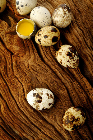 codorniz: Huevos de codorniz sobre fondo de madera