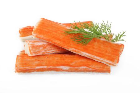 alimentos congelados: Palitos de cangrejo en el fondo blanco Foto de archivo