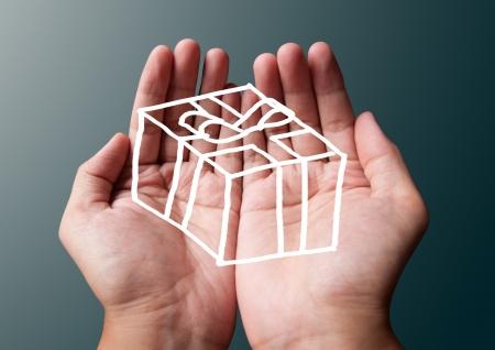 twee handen te geven van een geschenk