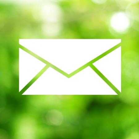 녹색 배경에서 이메일 아이콘