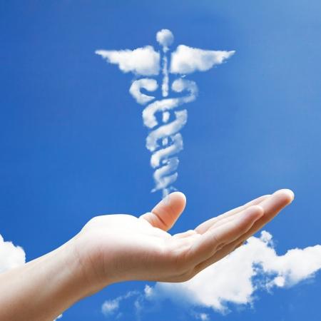 esculapio: Forma de la nube signo de primeros auxilios a la mano floting
