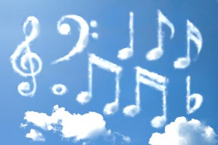 clave de fa: Music note forma de la nube Foto de archivo