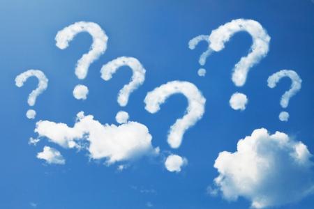 Vraagteken gevormde wolken op de blauwe hemel Stockfoto