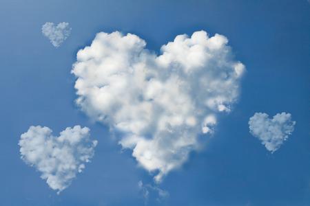 forme: forme de coeur nuages ??sur le ciel Banque d'images