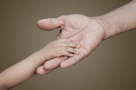 Mano del bebé y adultos mano tocando cada orther