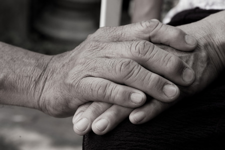 mano anziano: tiene vecchia mano Archivio Fotografico