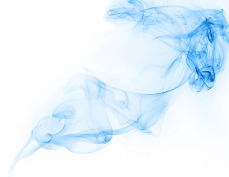 Blau Gas oder Rauch auf weißem Hintergrund mit Bewegung freier Form