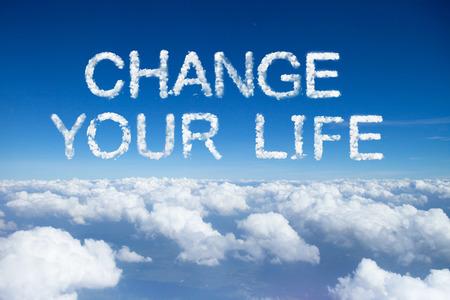 """구름 위로 하늘에 구름 단어 """"당신의 인생을 바꿀""""."""