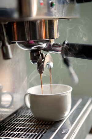 Coffee machine preparing cup of coffee Banque d'images