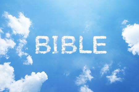 ciel avec nuages: Nuages ??de mots comme «bible» en lettres capitales sur le ciel bleu Banque d'images