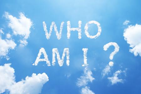 """""""나는 누구입니까?"""" 하늘에 구름 단어입니다."""