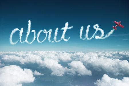 acerca de nosotros palabra creada a partir de una estela de humo por avión acrobático.