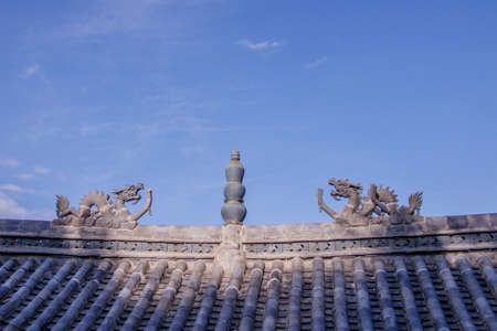 Traditional stone dragon decoration on the roof in the old town of Dukezong, Shangri La, Yunnan, China 写真素材