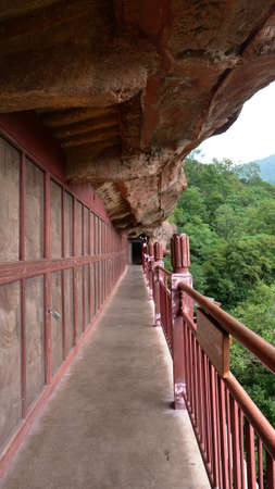 Maijishan Cave-Temple Complex corridor in Tianshui city, Gansu Province China. A mountain with religious caves on the Silk Road 免版税图像