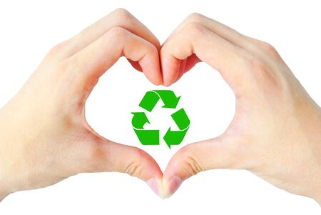 reciclar: El coraz�n de la mano y reciclar es signo sobre el fondo blanco
