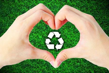 recycler: Le c?ur de la main et le recyclage signe est sur le fond blanc