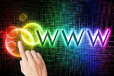 Mooie regenboog bokeh met een wereldwijde-web woord en hand aan te raken op de zwarte achtergrond