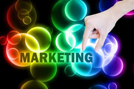 multilevel: Mano pick e sollevare la parola marketing pulsante su bokeh