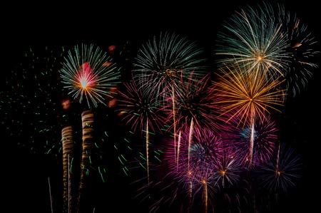 Feuerwerk-Feier in der Nacht auf Neujahr und Kopie Raum - abstrakte Urlaub Hintergrund Standard-Bild