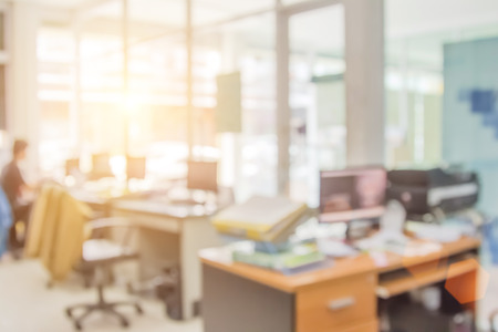 ビジネスマンが職場やテーブルの上にぼかし、表の事務所は、コンピューターまたは抽象的な背景の焦点の深さが浅いとオフィスで働きます。