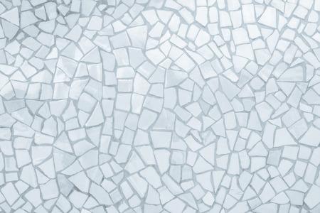 Reticolo senza giunte del mosaico di piastrelle rotte. Bianco e grigio la foto reale ad alta risoluzione della parete delle mattonelle o il fondo interno senza cuciture e struttura del mattone. Archivio Fotografico
