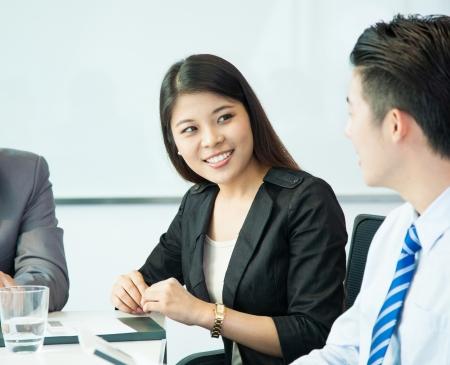 entrevista de trabajo: La gente de negocios en la sala de reuni�n