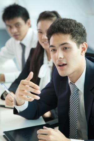 successful people: Gli uomini d'affari in sala riunioni