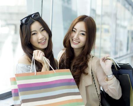 moda ropa: Las mujeres asiáticas jóvenes felices compras.