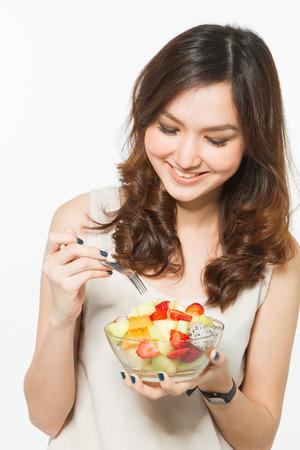 ensalada de frutas: Mujer comiendo ensalada de frutas