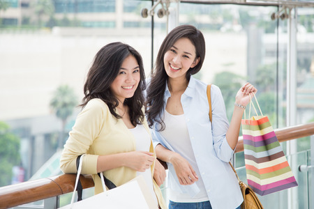 mejores amigas: Dos mujeres asiáticas disfrutan de compras