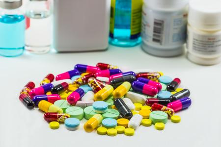 Diferent Tablets Pillen kapseln Heap-Mix isoliert auf weißem Hintergrund Standard-Bild - 42769952