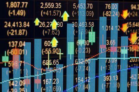 Finanzdaten auf einem Monitor, Kerzenleuchter Diagramm der Börse, Börsendaten auf LED-Display-Konzept Standard-Bild - 56987168