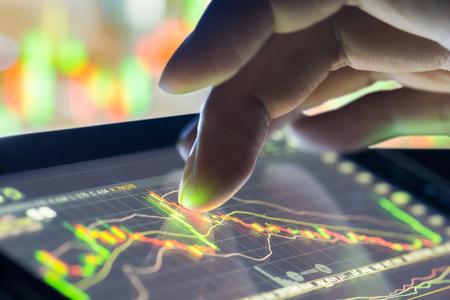 Finanzdaten auf einem Monitor, selektiven Fokus auf LED-Monitor, Börsendaten auf LED-Display-Konzept Standard-Bild - 56988485