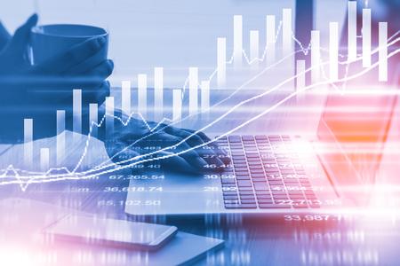 indicatore del mercato azionario e dei dati finanziari vista dal LED. Doppia esposizione grafico finanziario e indicatore di azione compreso il magazzino di istruzione o di analisi di marketing. Estratto indicatore finanziario sfondo.