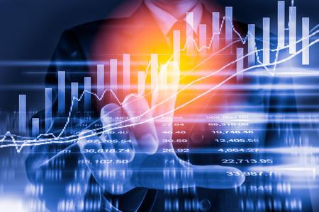 Doppelte Exposition Geschäftsmann auf Lager Finanz-Austausch. Börsenfinanzindizes auf LED. Economy Rückkehr verdienen. Börsenfinanzüberblick in der Marktwirtschaft Wirtschaftliche Analyse Hintergrund Standard-Bild - 77278681